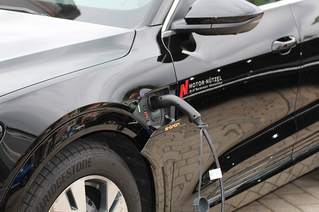 Elektromobil při napájení