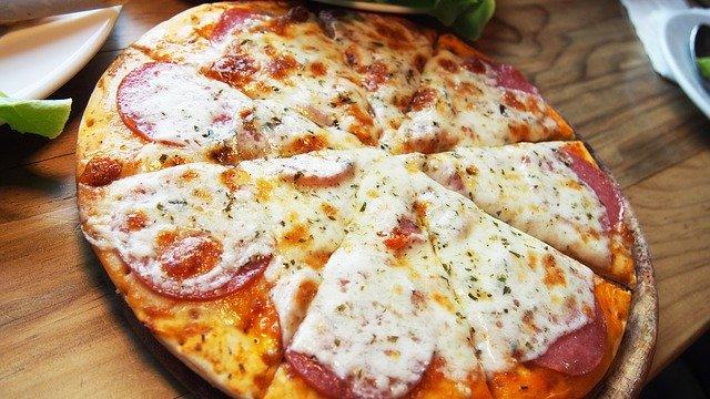 upečená salámová pizza