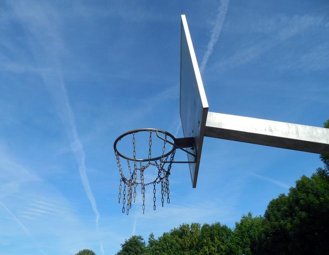 Kovový koš na streetball